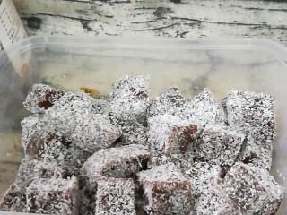 红糖姜汁软糖,全部切好,使每颗姜糖都粘上椰蓉