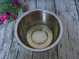 宝宝辅食  松软好吃的肉松贝贝,准备两个大的容器,无油无水的。把鸡蛋蛋清和蛋白分离。