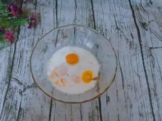 宝宝辅食  松软好吃的肉松贝贝,在蛋黄里加入牛奶。