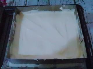 宝宝辅食  松软好吃的肉松贝贝,都准备好后烤箱180度预热。把烤盘上垫好硅胶垫,把面糊倒入烤盘。划一字整平面糊。