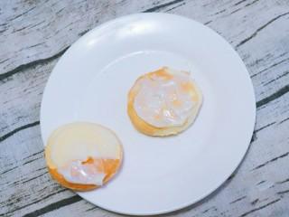 宝宝辅食  松软好吃的肉松贝贝,取两片蛋糕胚抹上沙拉酱。