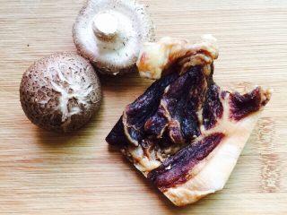 温州风味美食~炒芥菜饭,鲜香菇两朵,腊肉一块