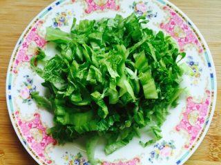 温州风味美食~炒芥菜饭,芥菜清洗干净切丝备用如图所示