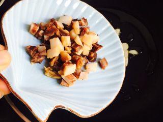 温州风味美食~炒芥菜饭,放入腊肉丁