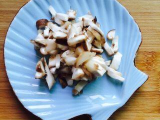 温州风味美食~炒芥菜饭,香菇洗干净切丁备用
