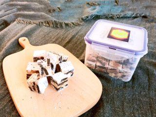 奥利奥雪花酥,也可以切成小块,放在保鲜盒或保鲜袋里面保存,避免受潮影响口感,做好的成品有1000克。