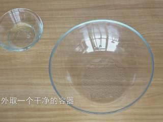 超详细马卡龙教程,另外再准备一个大点的容器,最好是锥形的,意思就是这个容器底部越小越好,方便后面混合蛋白霜的时候翻拌,容器底部面积太大不好翻拌;