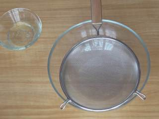 超详细马卡龙教程,上面放个面粉筛;