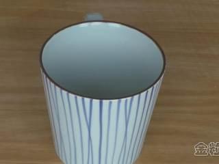 超详细马卡龙教程,准备一个合适的杯子,杯口不要太大,也不要太小,跟裱花袋尺寸相接近就行;