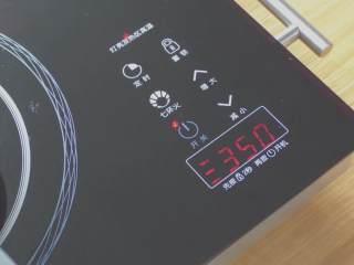 超详细马卡龙教程,我的电陶炉一共600,我一般调到350熬糖,相当于比中火稍微大一点点,用煤气的话也是这样,稍微比中火大一点点;