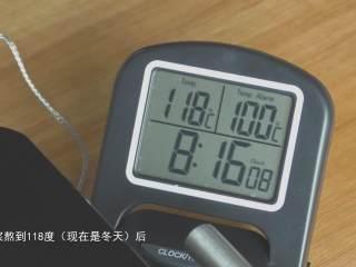超详细马卡龙教程,随时观察温度计,糖浆熬到118摄氏度的时候,立刻关火拿走糖浆;