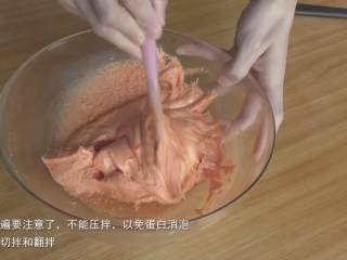超详细马卡龙教程,先切拌,再翻拌,从这一步开始就不要再压拌了,否则蛋白霜过度消泡,会增加失败风险;