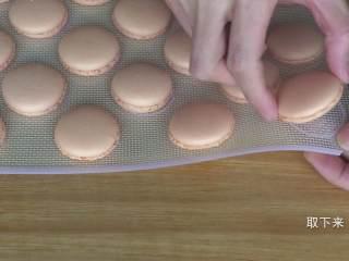 超详细马卡龙教程,冷却后的马卡龙饼身可以轻松脱离硅胶垫,如果你的完全冷却后还粘在垫子上,说明她还没完全熟,可以再继续烤一会儿,但一定要盯紧了,以免烤过头上色;