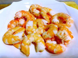 蒜蓉西芹炒虾仁,鲜虾盐水煮熟去头和皮保留完整虾仁肉肉