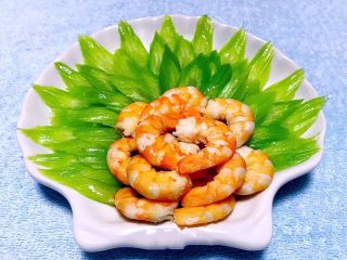 蒜蓉西芹炒虾仁,炒好的蒜蓉西芹虾仁摆入盘中好漂亮
