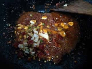 麻辣蟹钳,然后放入郫县豆瓣酱小火慢炒,炒出红油后放入葱姜蒜爆香。