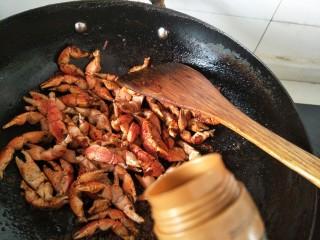 麻辣蟹钳,加入老抽,加入开水,少许糖盖锅盖焖煮。