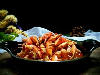麻辣蟹钳,装到盘中,开吃了。