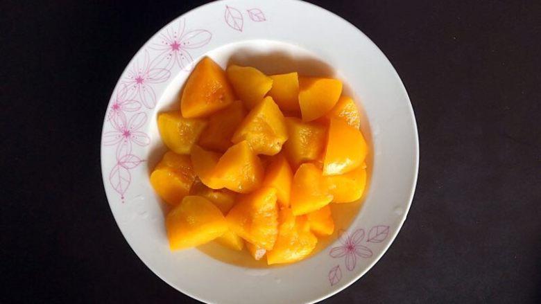 黄桃糯米糍,将黄桃切成小块,备用。