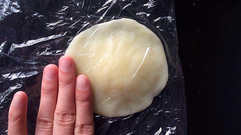 """黄桃糯米糍,将手将圆团按压成""""边缘薄、中间厚""""的面皮。"""