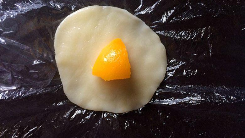 黄桃糯米糍,中间放入一块黄桃果肉。