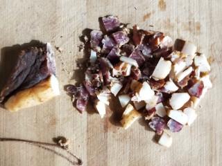 四季发财豉香四季豆炒腊肉丁,取适量,切碎。