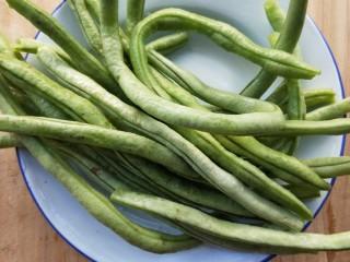 四季发财豉香四季豆炒腊肉丁,四季豆掐头去尾,撕去丝,洗净。