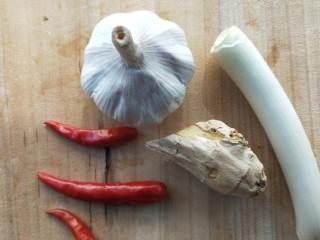 四季发财豉香四季豆炒腊肉丁,准备姜葱蒜,小米辣。