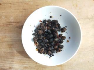 四季发财豉香四季豆炒腊肉丁,一勺豆豉。