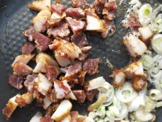 四季发财豉香四季豆炒腊肉丁,倒入腊肉碎煸炒一会。