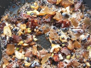 四季发财豉香四季豆炒腊肉丁,中小火继续煸炒,腊肉继续出油,慢慢吸收豆豉味。