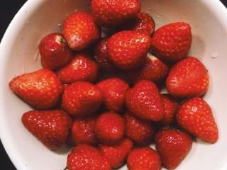 草莓卡仕达奶油蛋糕,草莓洗净后切片备用