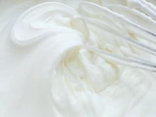 草莓卡仕达奶油蛋糕,淡奶油加糖粉打发到有明显纹路的硬性发泡