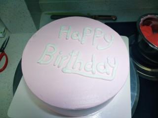 草莓卡仕达奶油蛋糕,粉红色抹面后白色奶油放进裱花袋中挤你喜欢的字母