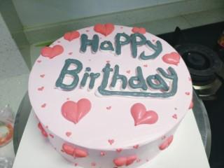草莓卡仕达奶油蛋糕,抹面剩下的粉红色淡奶油加红色色素在蛋糕上做桃心装饰