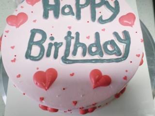 草莓卡仕达奶油蛋糕,蛋糕上加上小颗圆形装饰糖做点缀