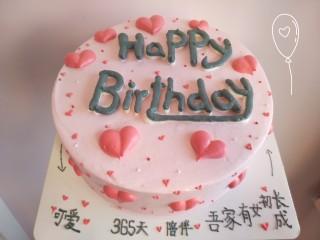 草莓卡仕达奶油蛋糕,表面可随自己喜欢做装饰,主要是里边的草莓和卡仕达酱让奶油蛋糕变得不一样