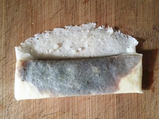 #做春卷# 红豆沙春卷,自下向上折叠至中间,再将两侧向中间对折