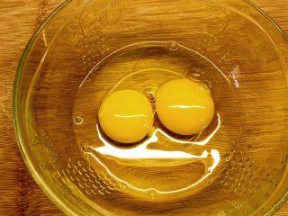 鸡蛋炒蚬肉(花蛤肉),打两个鸡蛋。