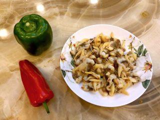 鸡蛋炒蚬肉(花蛤肉),准备食材。蚬肉洗净。