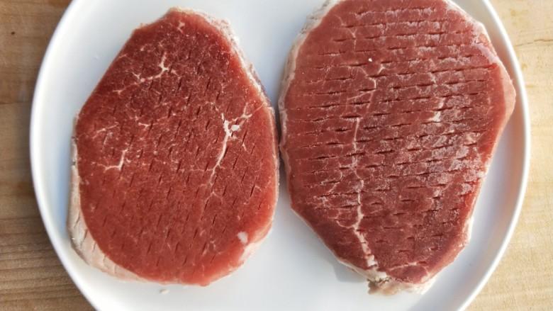 牛运亨通温馨家庭煎牛排,煎制前从冰箱取出牛排,去除包装,静置半小时。