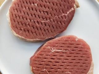 牛运亨通温馨家庭煎牛排,牛排恢复室温以后,用厨房纸吸取牛排表面的水分。