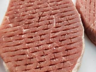 牛运亨通温馨家庭煎牛排,在牛排表面抹上盐。