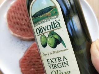 牛运亨通温馨家庭煎牛排,准备橄榄油。