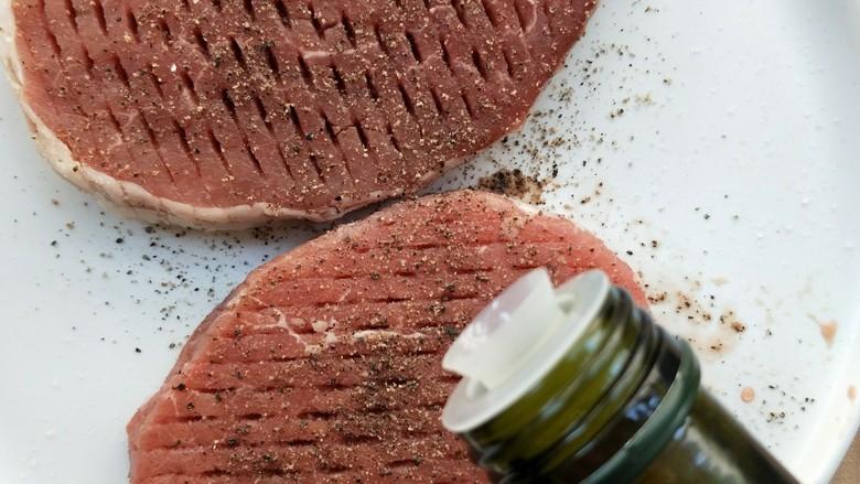 牛运亨通温馨家庭煎牛排,两面涂抹均匀。