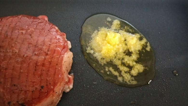 牛运亨通温馨家庭煎牛排,放黄油。