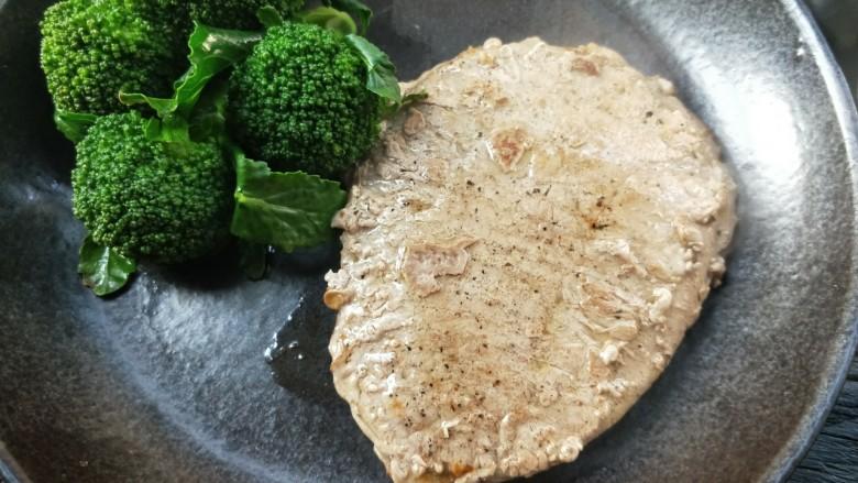 牛运亨通温馨家庭煎牛排,煎好的牛排和西蓝花都放烤热的餐盘中,静置五分钟,待肉汁流出来就可以享受了。
