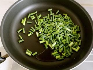豆豉炒肉丁,锅中放油烧热,放入蒜苔。
