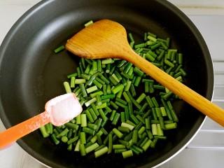 豆豉炒肉丁,加入适量的盐。