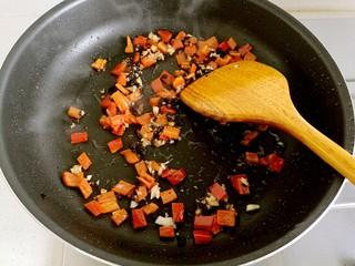 豆豉炒肉丁,用锅铲炒出香味。